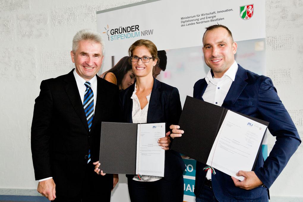 : Die Gründer Sandra Tillmann und Oliver E. Henschen bei der Übergabe des Gründerstipendiums mit Herrn Minister Pinkwart (Fotoquelle: MWIDE NRW/E. Lichtenscheidt)