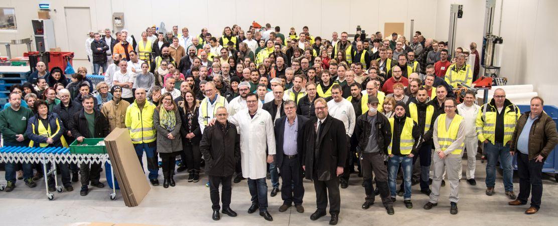 Erfolgsgarant: Die Belegschaft der Albaad Deutschland GmbH; vorne: Dan Mesika, CEO des israelischen Mutterkonzerns, Geschäftsführer Wolfgang Tenbusch und Bürgermeister Kai Hutzenlaub