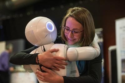 Keine Berührungsängste: Der menschliche Roboter Pepper gewann beim Festival die Herzen der Teilnehmerinnen und Teilnehmer. © Münsterland e.V./Arne Pöhnert