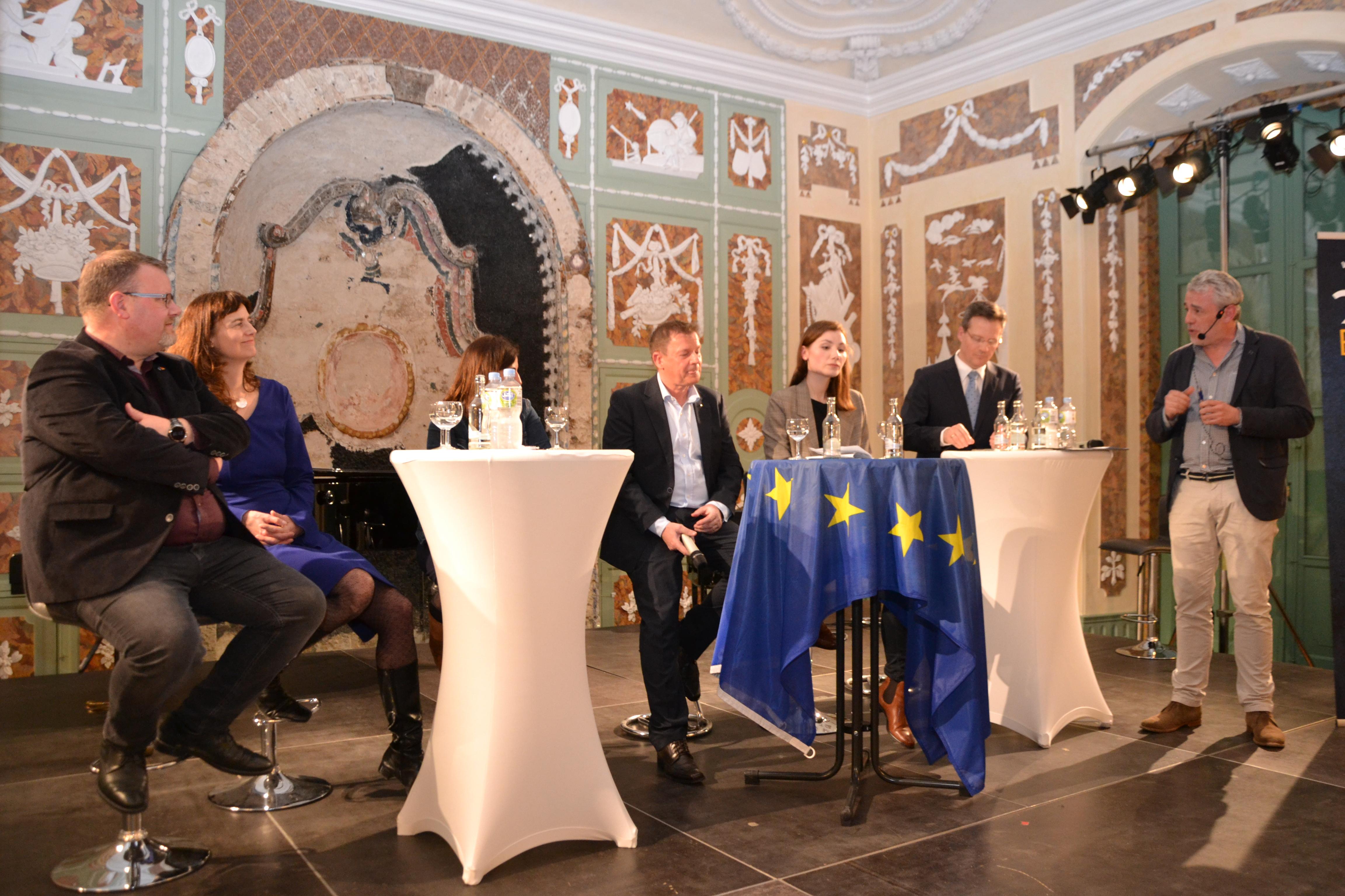 v.l. Gregor Schäfer (FDP), Alexandra Geese (Bündnis 90/Grüne), Özlem Demirel (Die Linke), Dr. Markus Pieper (CDU), Sarah Weiser (SPD), Martin Schiller (AfD), und Moderator Prof. Dr. Thilo Harth