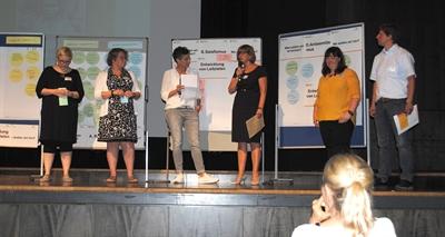 Lilli Schmidt, Leiterin des Kommunalen Integrationszentrum Kreis Steinfurt (3. v. rechts), informierte über das weitere Vorgehen, dankte den Teilnehmenden für ihr Engagement und der Moderatorin Elke Frauns (3. v. links), die durch die Fachkonferenz führte.