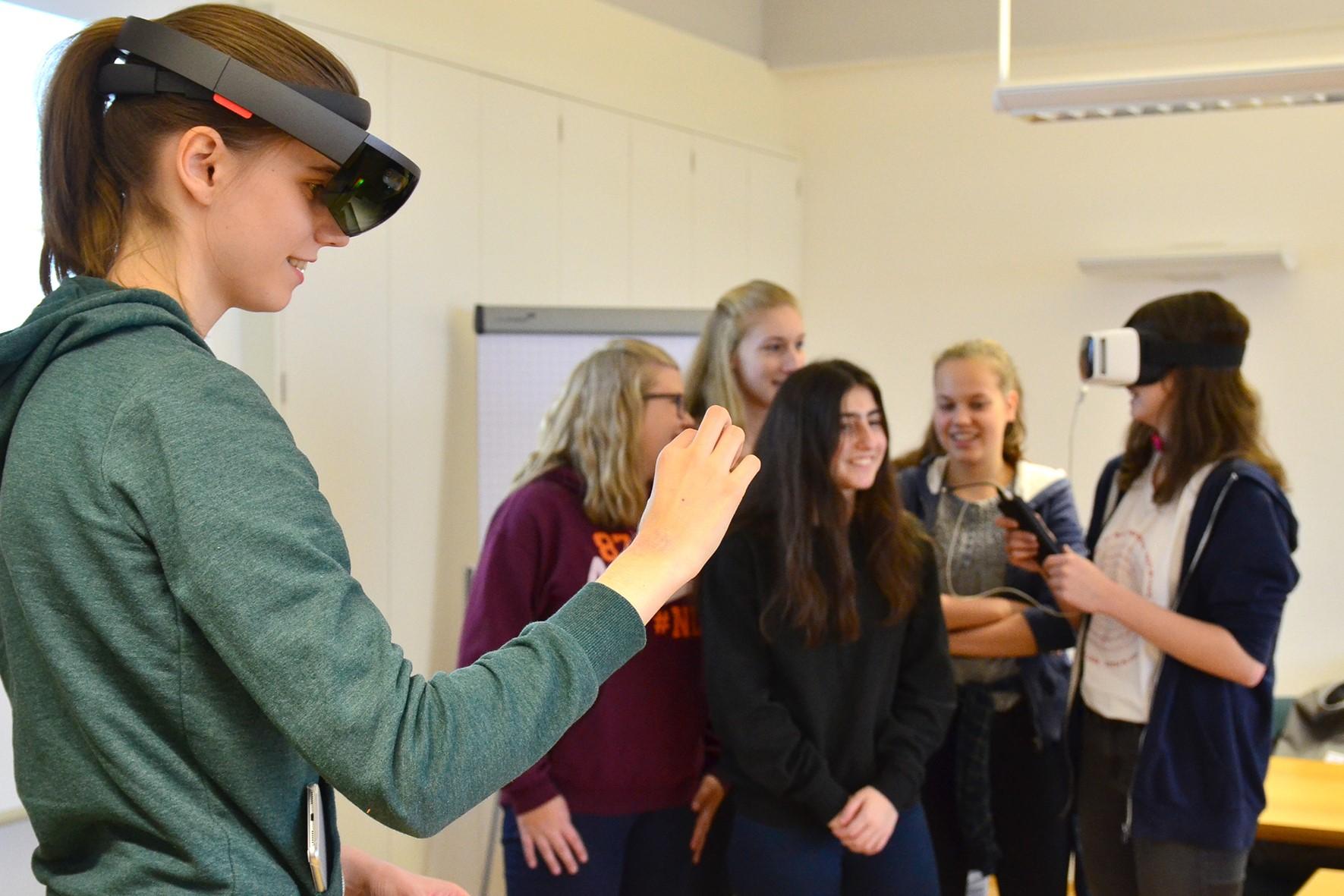 Bei den Wirtschaftsingenieuren können die Schülerinnen Virtual Reality-Brillen testen (Foto: FH Münster, Pressestelle)