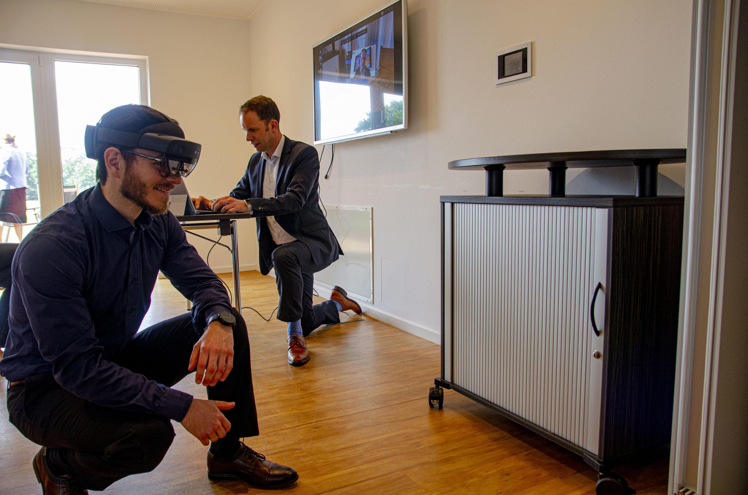 Mit aufgesetzter AR-Brille kann André Grothus sein Sichtfeld an Prof. Dr. Tobias Rieke senden. (Foto: FH Münster/Frederik Tebbe)