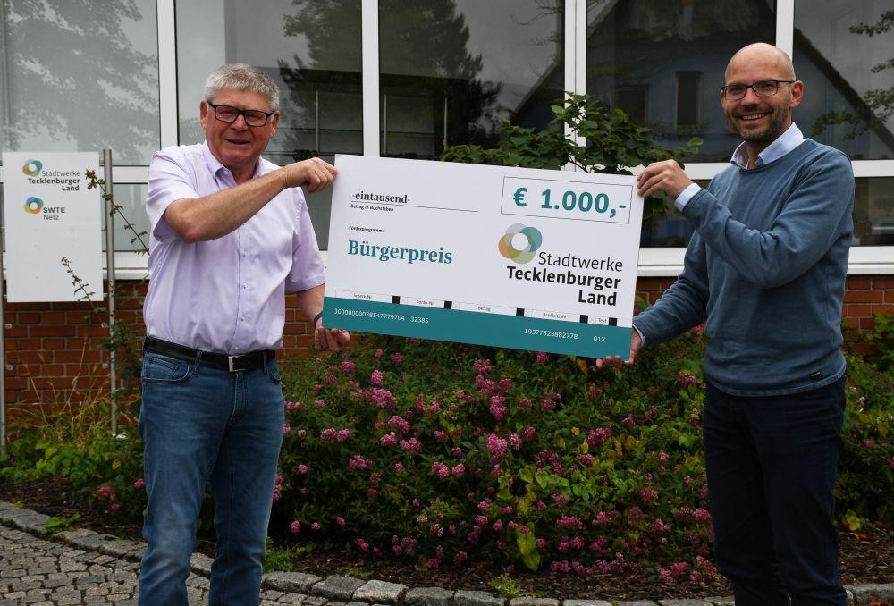 Werner Schröer (l.) freute sich sehr über den symbolischen Scheck, den er aus den Händen von Stadtwerke-Geschäftsführer Peter Vahrenkamp entgegennahm